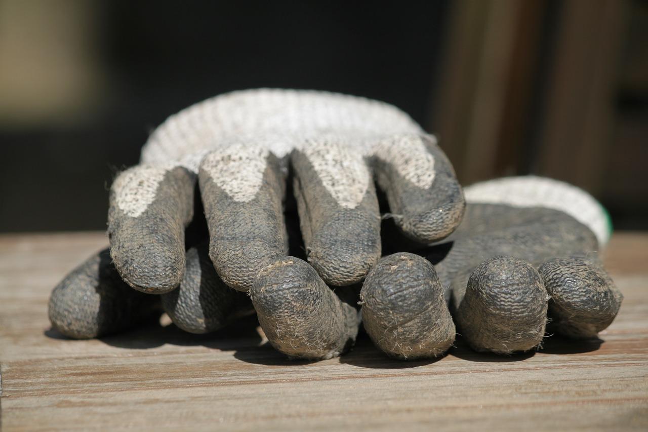 gloves-332172_1280 Protección de manos en el entorno laboral