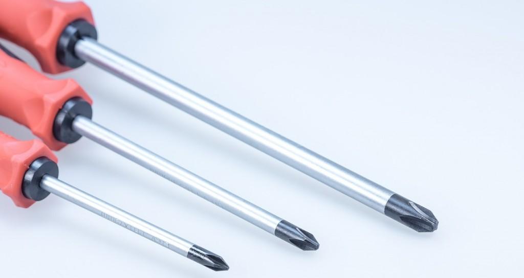 screwdriver-608318_1280-1024x544 ¿Tienes herramientas manuales en casa?