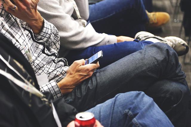 smartphone-593321_640 Móviles vs. Relaciones Reales en el trabajo